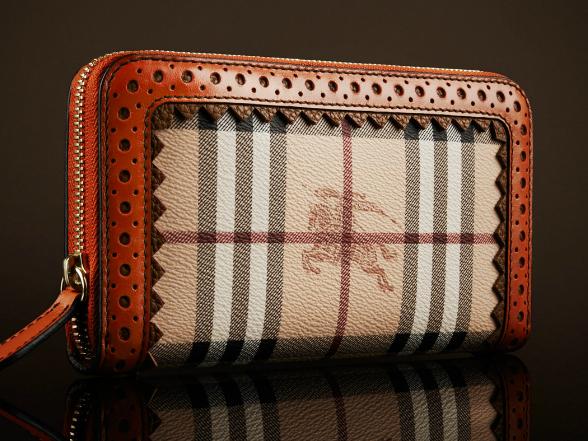 Az 1920-as évek óta a kockás anyag a brit Burberry márka jól felismerhető névjegye, amely kiválóan ötvözi a hagyományokat és a divatot.