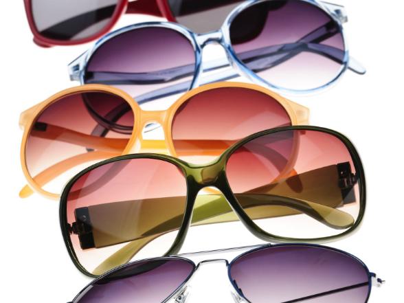 A nyári megújulás megkoronázása egy izgalmas, trendi napszemüveg! Idén színes kerettel és többféle árnyalatú lencsével hódíthatunk!