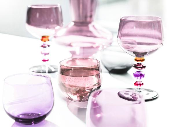 Az IDdesign-nál a dán formatervezés remekei mellett megtalálhatóak az egyszerű, színes és fiatalos poharak, üvegtermékek is.